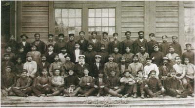 Click image for larger version  Name:Railwaymen.jpg Views:136 Size:75.1 KB ID:31
